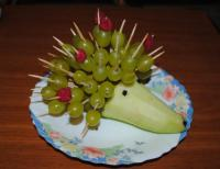 Ёжик из груши и винограда :)