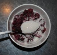 Мороженое с горячей вишней