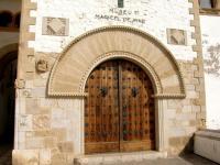 Деревянная дверь с кованными дверными ручками и украшениями