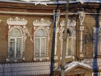 Белозерск. Дом купца Калинина. Фрагмент южного фасада. Резные окна.