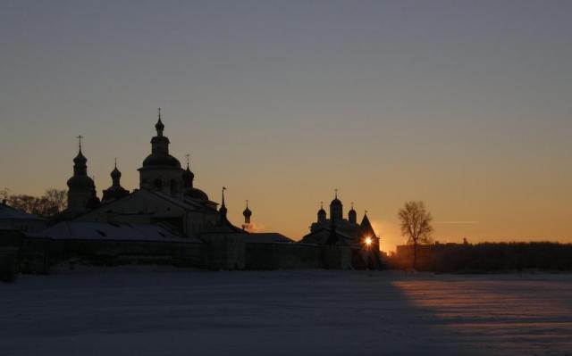 Кириллов. Зимний восход над Кирилло-Белозерским монастырем.