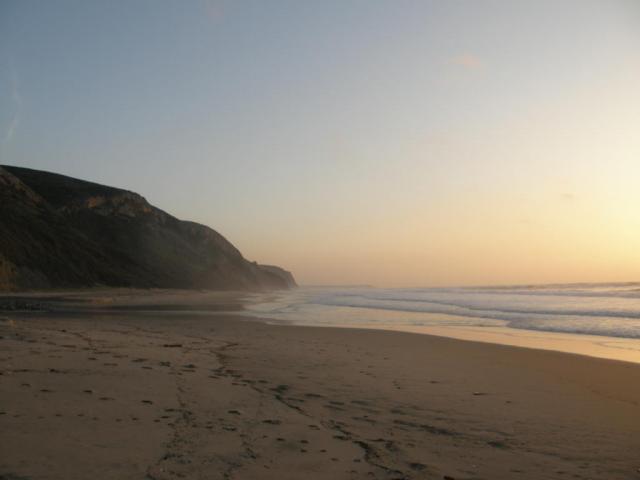 Португалия, Пляж у Vale Figueiras. Вечер.